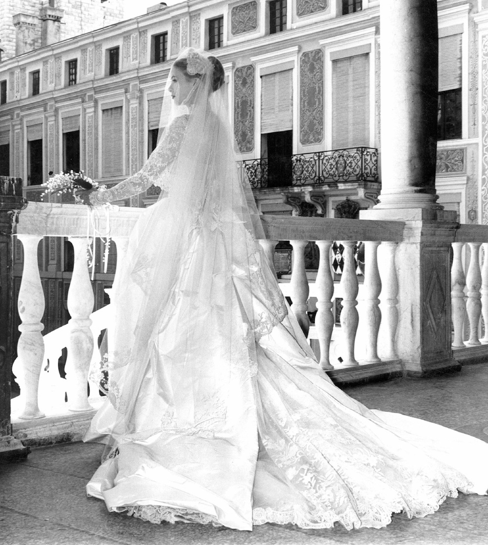 Mariage-du-Prince-Rainier-III-de-Monaco-avec-Grace-Kelly-le-18-avril-1956-Ici-Grace-Kelly-contemplative-sur-le-balcon-Wedding-of-Prince-Rainier-III-of-Monaco-